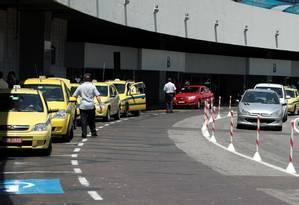FILA DE táxis à espera de passageiros no Tom Jobim: novas regras Foto: Hudson Pontes/24-1-2012