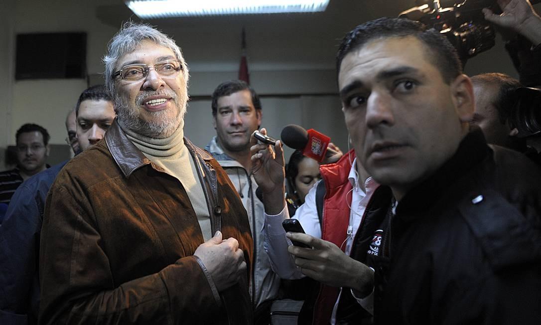 Lugo conversa com repórteres antes de se reunir com ex-ministros Foto: AFP