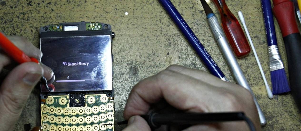 Em pedaços: homem desmonta BlackBerry em Jakarta, na Indonésia Foto: Reuters