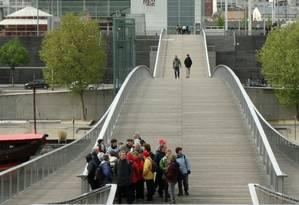 A passarela Simone de Beauvoir, sobre o Rio Sena, liga a Biblioteca François Miterrand a Bercy Foto: Carla Lencastre / O Globo