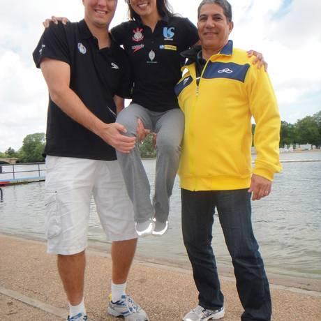 Poliana Okimoto entre o técnico e marido Ricardo Cintra (à esquerda) e o preparador físico Júlio Noronha Foto: Jorge Luiz Rodrigues / O Globo