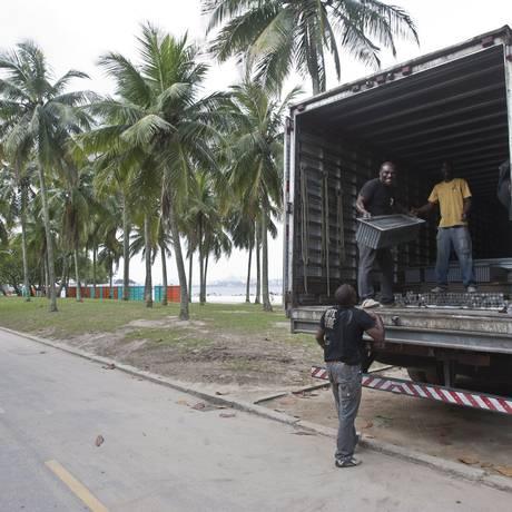 Um caminhão retira estruturas da Cúpula dos Povos no Aterro: canteiros danificados serão recuperados Foto: Rafael Andrade / O Globo