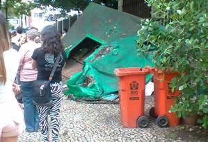 Entulho atrai ratos e baratas à calçada da Rua Francisco Otaviano, entre Copacabana e Ipanema Foto: Foto da leitora Martha Gomes Giannini / Eu-Repórter