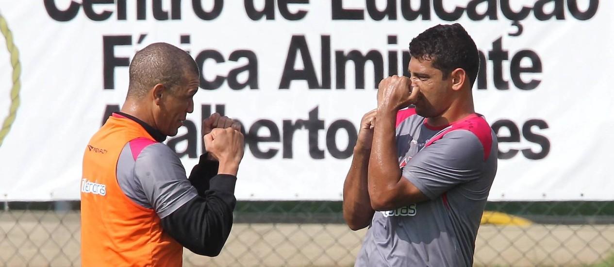 Nílton e Diego Souza brincam durante treinamento Foto: Cezar Loureiro / O Globo