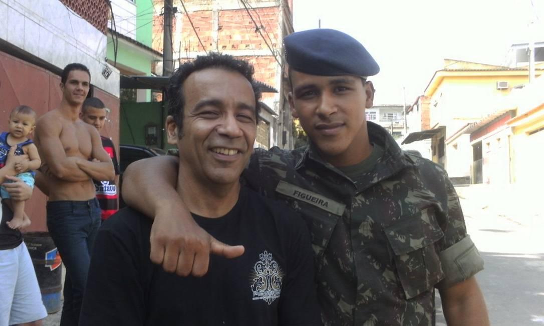 Fardado, Vinicius posa ao lado de seu pai, Célio Alves Eugênio; o jovem tinha muito orgulho de fazer parte do Exército Foto: Arquivo pessoal