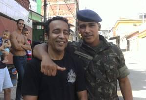 Fardado, Vinicius - morto em explosão no Campo de Instrução de Camboatá, em Deodoro - posa ao lado de seu pai, Célio Alves Eugênio; o jovem tinha muito orgulho de fazer parte do Exército Foto: Arquivo pessoal