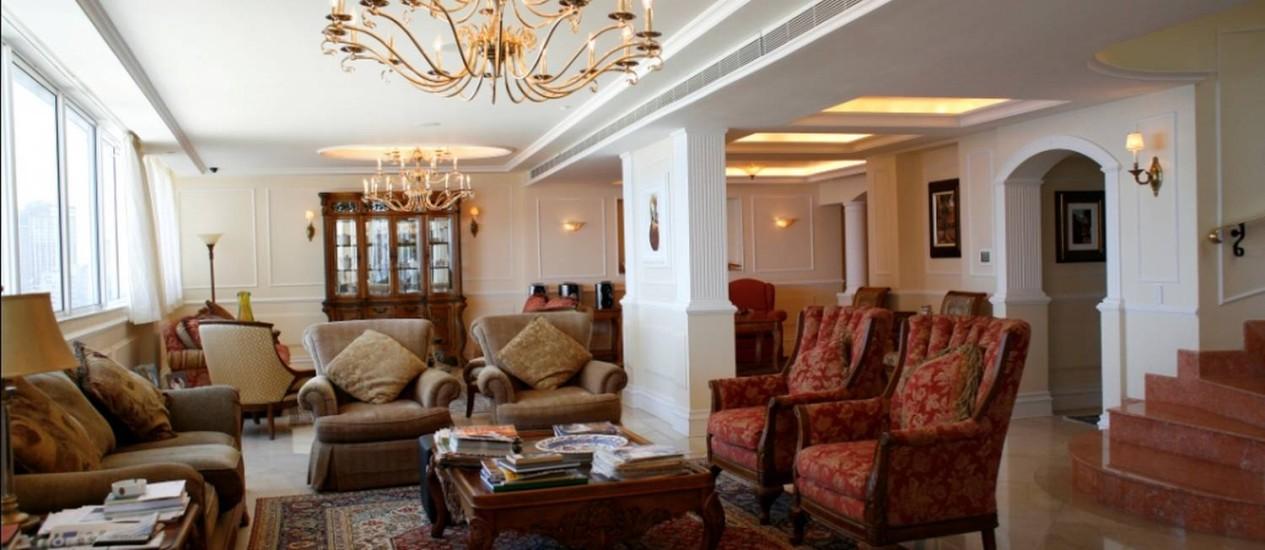 Poltronas, sofás, lustre e tapete trazidos de países como Portugal e Estados Unidos dão um ar suntuoso ao apartamento, que tem móveis em estilo neoclássico e até uma escada de mármore rosa Foto: Arquivo pessoal