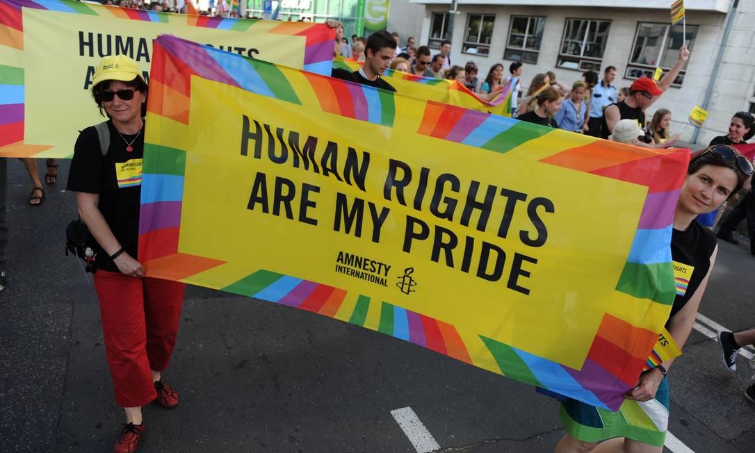 Em Bratislava, homens carregam cartaz pelos direitos humanos: atualmente paradas gays mobilizam milhões de pessoas nos cinco continentes. A de São Paulo é considerada a maior do mundo Foto: AFP