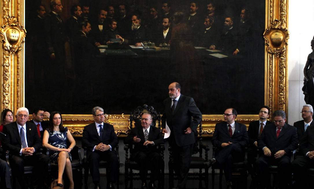 Comissão Especial de Juristas entrega ao presidente do Senado, José Sarney, o anteprojeto do novo Código Penal Foto: O Globo / Ailton de Freitas