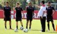Joel conversa com jogadores durante treino do Flamengo no Ninho do Urubu