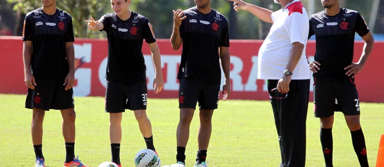 Joel conversa com jogadores durante treino do Flamengo no Ninho do Urubu Foto: Cezar Loureiro