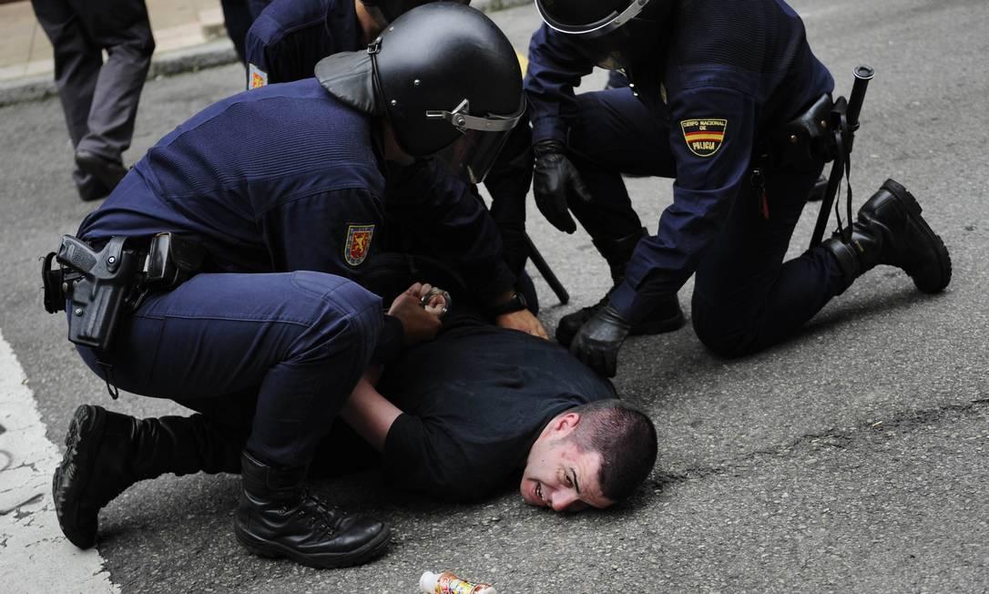 """Polícia prendeu um dos membros da """"Deshaucios Stop"""" (Parar Despejos). O movimento, criado em Oviedo, no norte da Espanha, tentava impedir o despejo de uma família equatoriana incapaz de manter pagamentos de hipotecas ELOY ALONSO / REUTERS"""