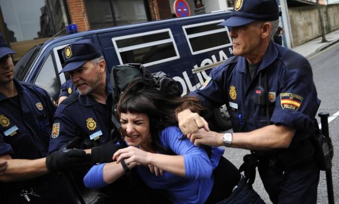 Policiais espanhóis prenderam mais de 20 manifestantes durante a mobilização, entre eles o proprietário da casa ELOY ALONSO / REUTERS