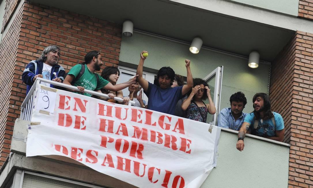 Manifestantes se reuniram na casa de Jorge Cordero, que vive com a sua esposa e uma filha de cinco meses ELOY ALONSO / REUTERS