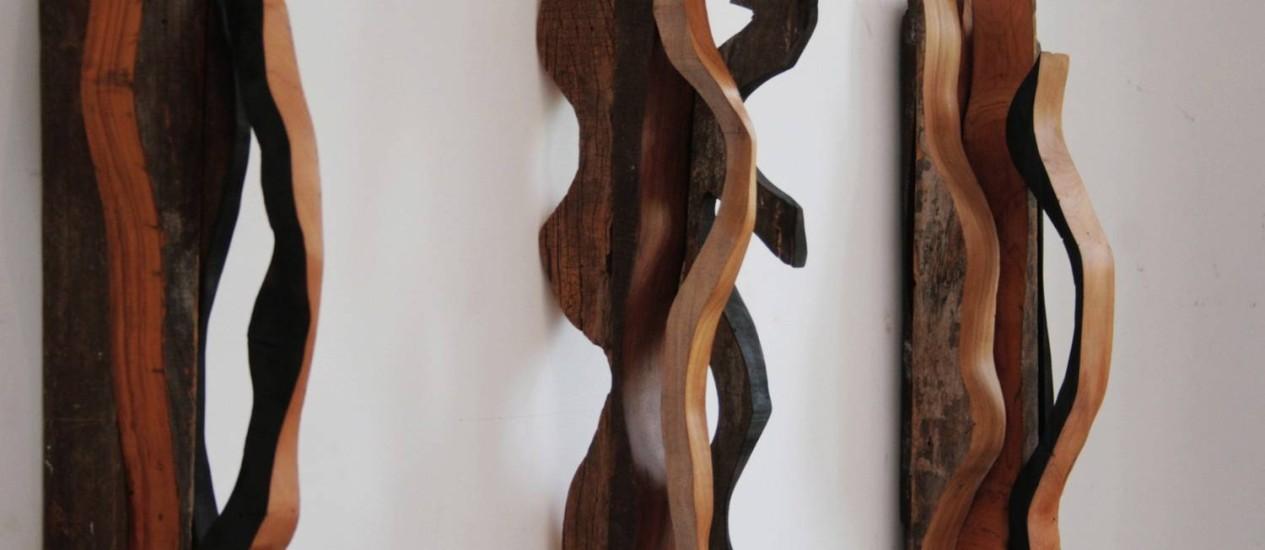 Três das 15 esculturas de parede da mostra, na galeria Luciana Caravello Foto: Divulgação