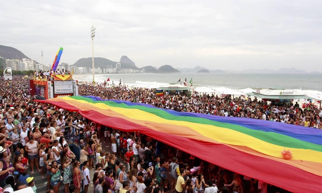 Parada do orgulho gay em Copacabana, em novembro de 2011 Foto: Fábio Rossi (arquivo) / O Globo