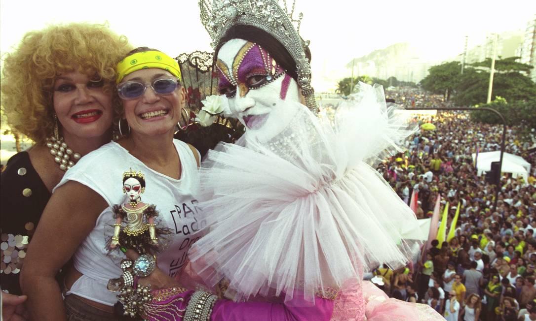 A primeira Parada Gay de Copacabana, considerada a maior do Rio, aconteceu em 1995. Na imagem, a festa que aconteceu em 2002, há dez anos, onde Isabelita dos Patins posa ao lado da atriz Suzana Vieira e de Jane Di Castro Foto: Gabriel de Paiva (arquivo) / O Globo