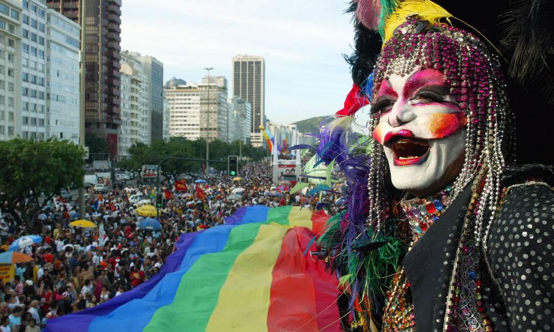 A Parada Gay de Copacabana é a segunda maior em número de público no país, e fica atrás apenas de São Paulo. Na imagem, o desfile que ocupou a praia em 2004 Foto: Camilla Maia (arquivo) / O Globo