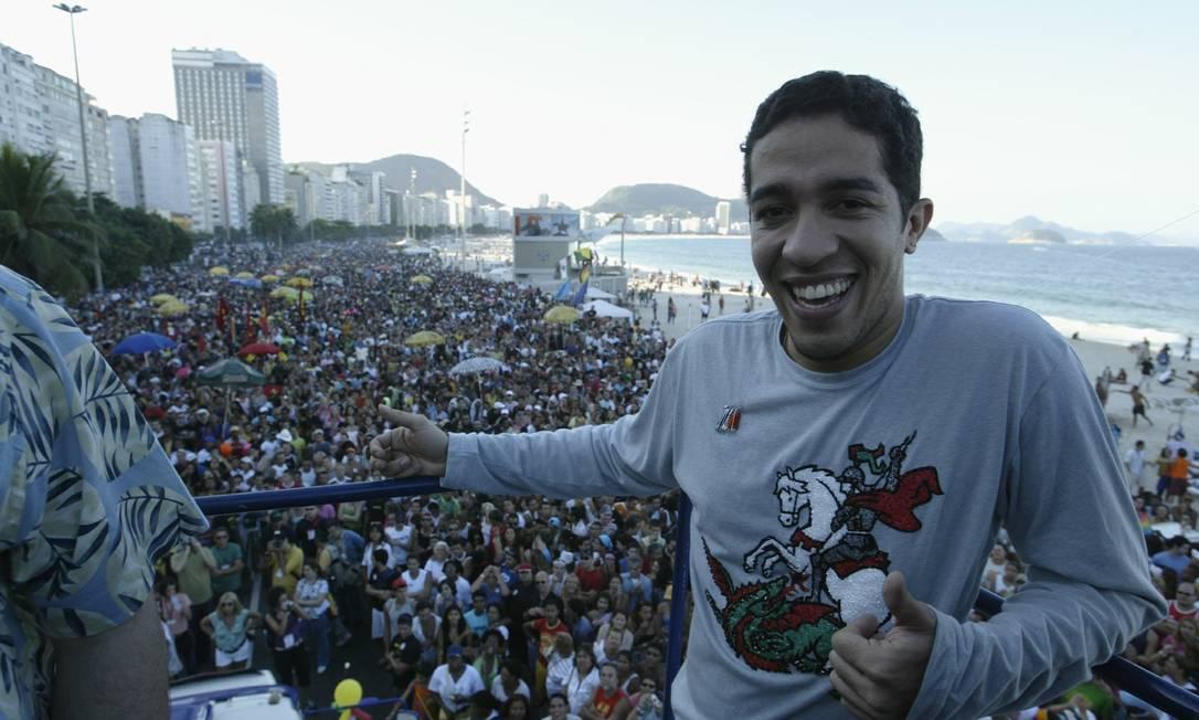 A Parada atrai diversas celebridades, políticos e pessoas de várias partes do mundo. Na imagem, o então ex-BBB Jean Willys (atual deputado federal), na festa de Copacabana, em 2005 Foto: Gustavo Azeredo (arquivo) / O Globo