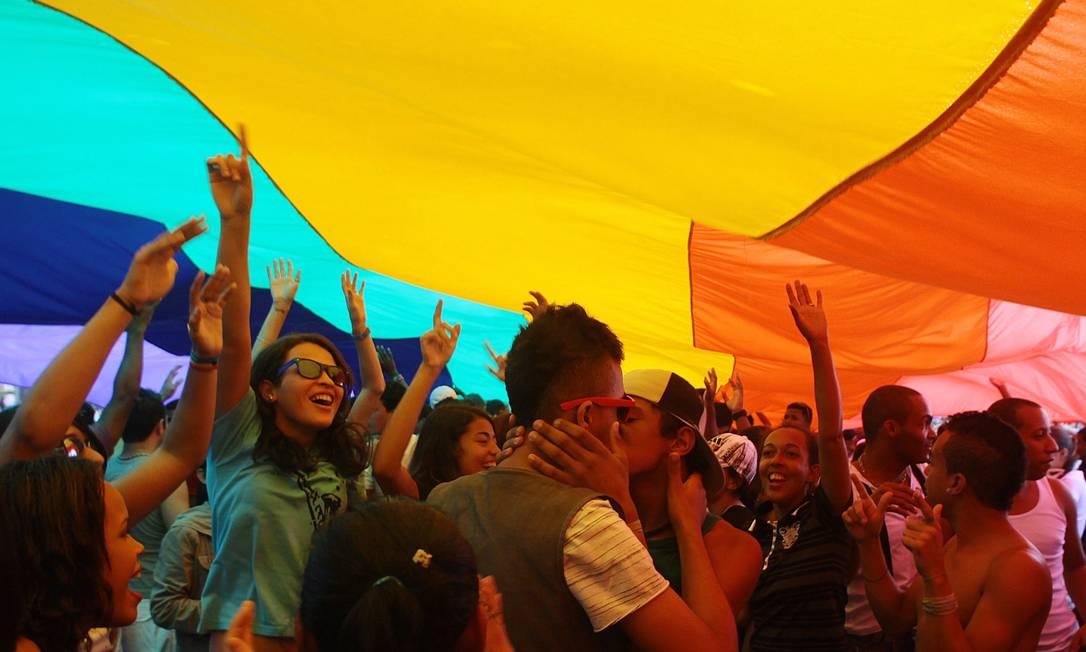 No ano passado, a parada que aconteceu em outubro chamava a atenção para a importância da aprovação da Lei que reconhece a União Civil para pessoas do mesmo sexo Foto: Pedro Kirilos (arquivo) / O Globo