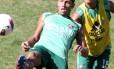 Samuel sofre a marcação de Matheus Carvalho durante treinamento