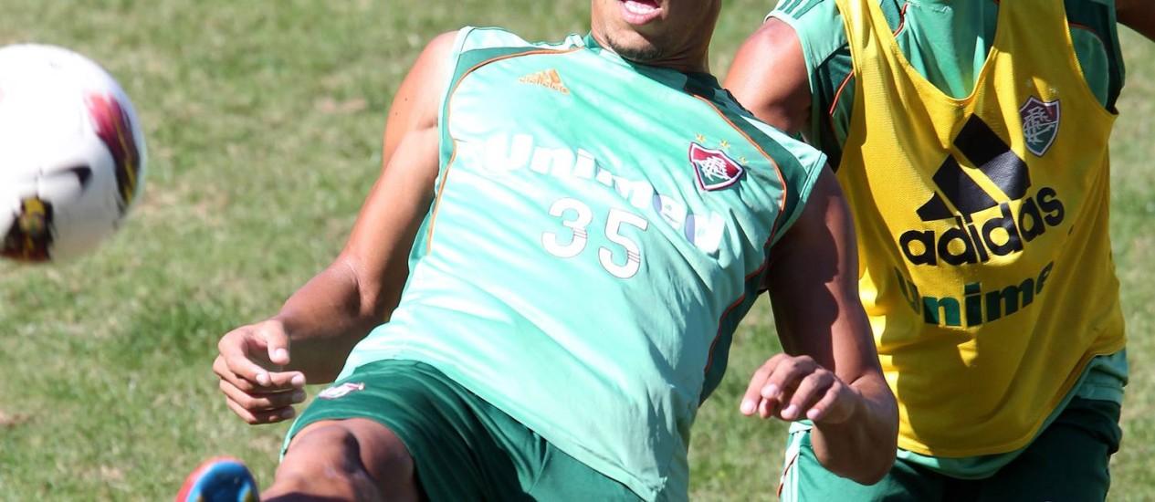 Samuel sofre a marcação de Matheus Carvalho durante treinamento Foto: Ivo Gonzalez / O Globo
