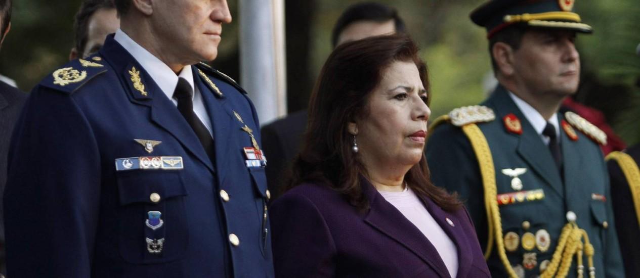 A ministra da Defesa, María Liz García, com o novo comandante da Força Aérea, Michael Christ (à esquerda) Foto: Reuters