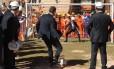 Valcke bate pênalti contra o 'goleiro' Bebeto no Estádio Mané Garrincha