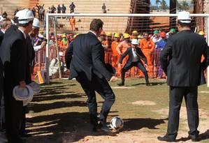 Valcke bate pênalti contra o 'goleiro' Bebeto no Estádio Mané Garrincha Foto: Givaldo Barbosa - Agência O Globo