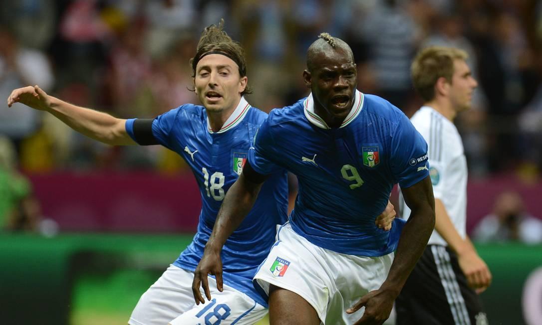 Balotelli comemora após abrir o placar para a Itália contra a Alemanha Foto: PATRIK STOLLARZ / AFP