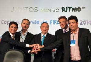 Bebeto, Aldo, Marin, Valcke e Ronaldo: visita à arena que está sendo construída em Brasília Foto: Givaldo Barbosa / Agência O Globo