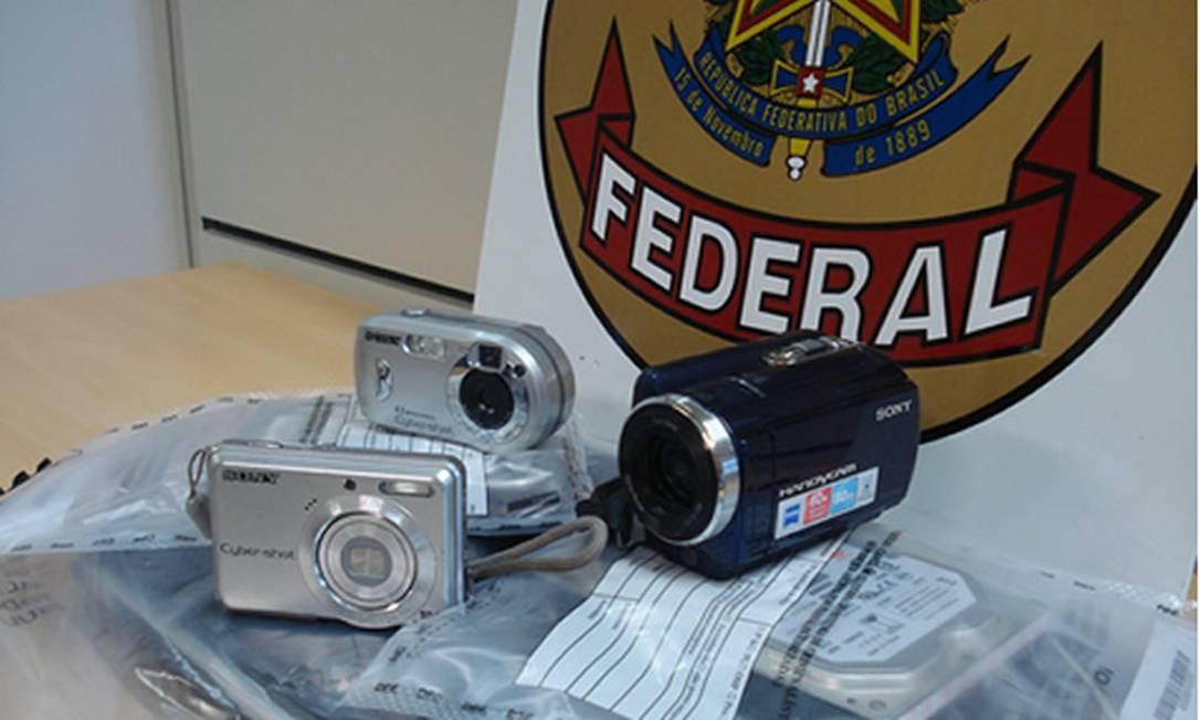 Material apreendido na operação da PF que prendeu quadrilha de brasileiros que compartilhava pornografia infantil Foto: Divulgação PF