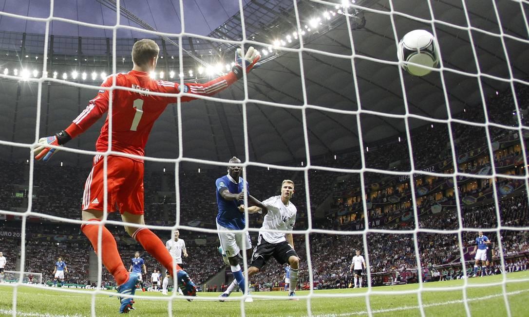 Mas Balotelli marcou o primeiro gol da Itália ainda no primeiro tempo AP