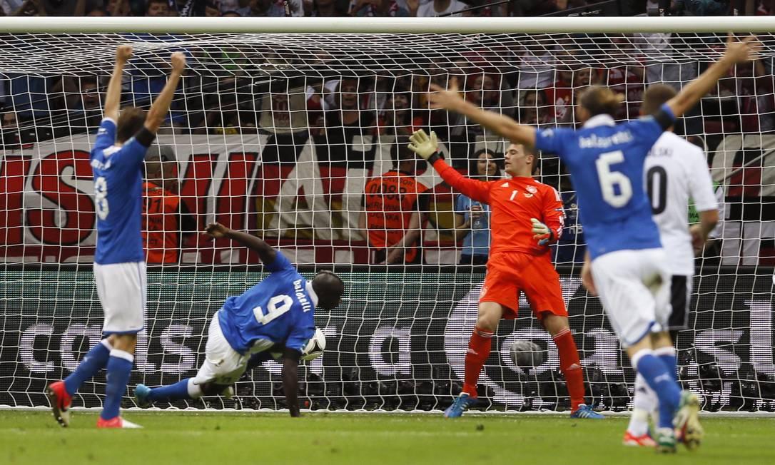Italiano comemoram o segundo gol de Balotelli AP