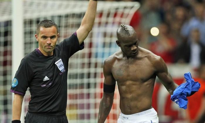 Na comemoração, Balotelli tirou a camisa e levou amarelo AP