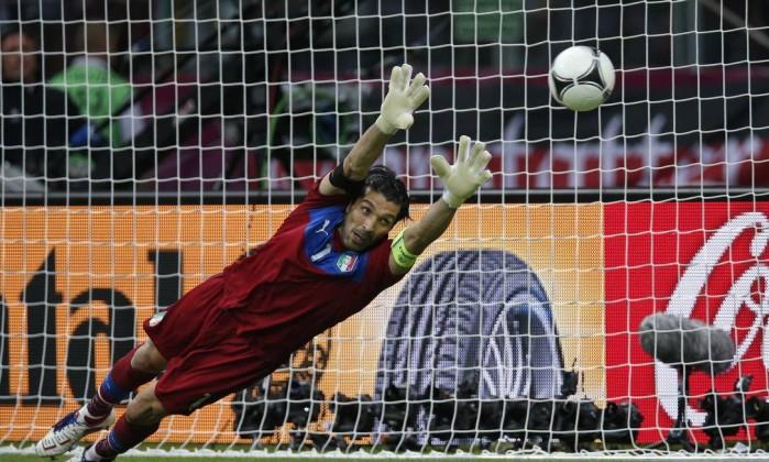 No último minuto, Ozil ainda diminiui, de pênalti. Buffon não conseguiu defender AP