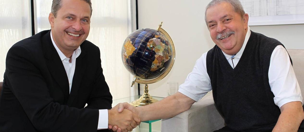 """Eduardo Campos e Lula posam de mãos dadas: segundo governador, relação com petista segue """"inabalada"""" Foto: Divulgação / Instituto Lula/Ricardo Stuckert"""