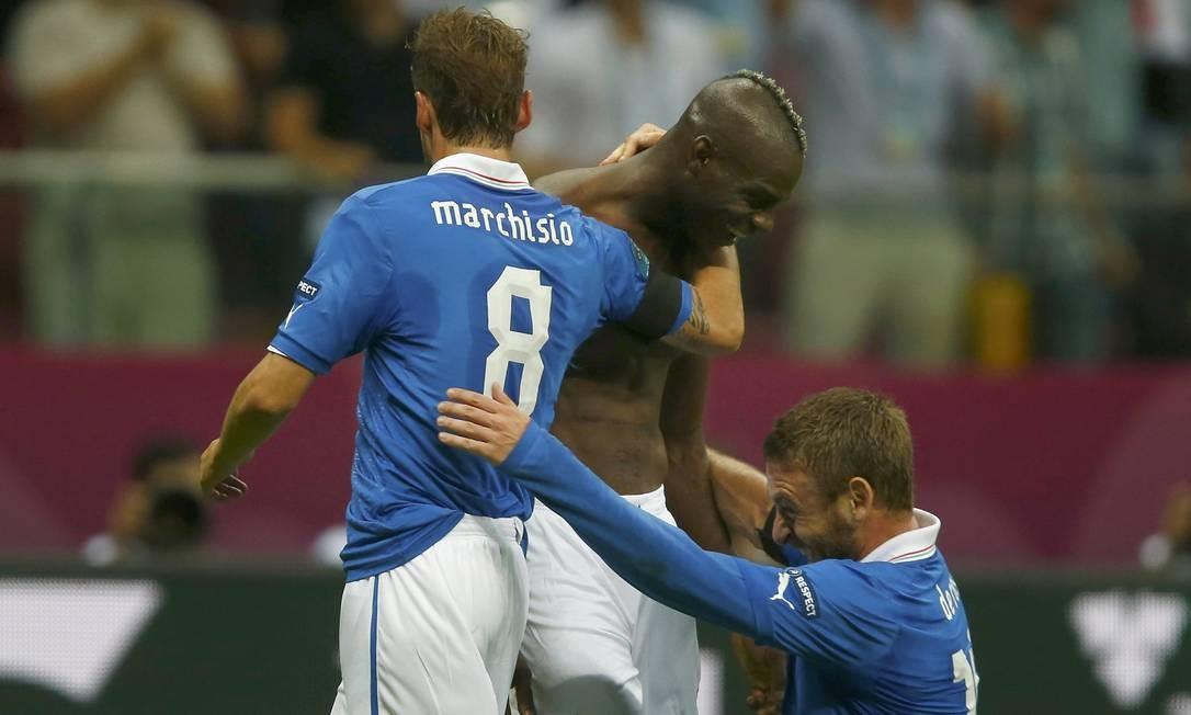 1b226ad9853fa Marchisio e De Rossi abraçam Balotelli após ele marcar o segundo gol da  vitória de 2