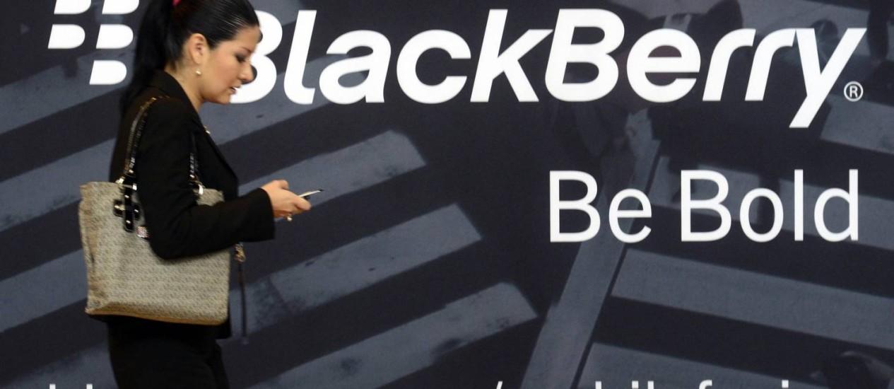 Mulher usa um BlackBerry durante o evento Blackberry World, em Orlando Foto: Reuters