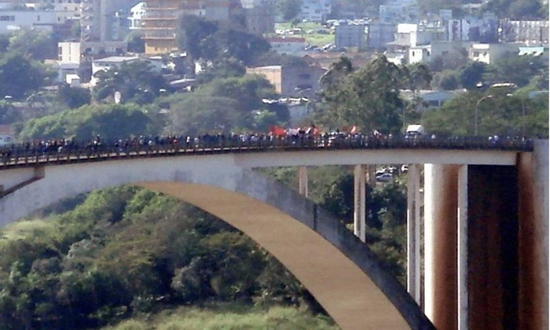 A Ponte da Amizade ocupada por manifestantes, em Foz do Iguaçu Foto: Reprodução da internet