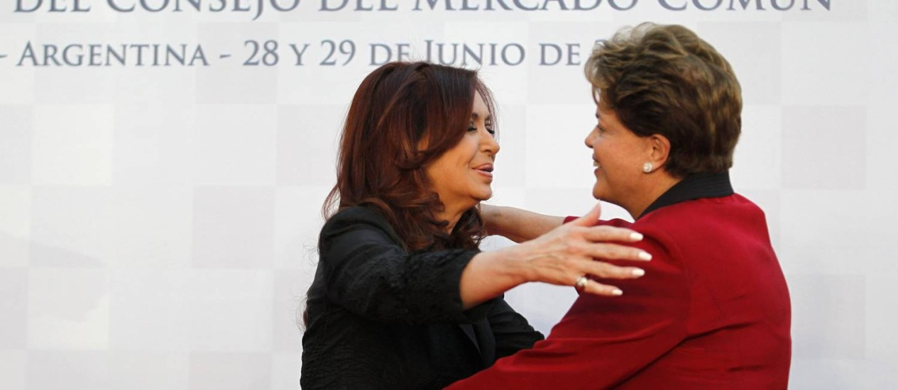 Presidente brasileira e argentina se cumprimentam antes da abertura da cúpula: países vão decidir sobre sanções ao novo governo paraguaio Foto: Enrique Marcarian / Reuters