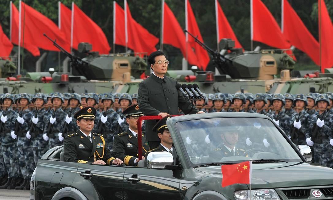 Presidente chinês, Hu Jintao, inspeciona uma parada militar em Hong Kong nesta sexta-feira. Foto: AFP