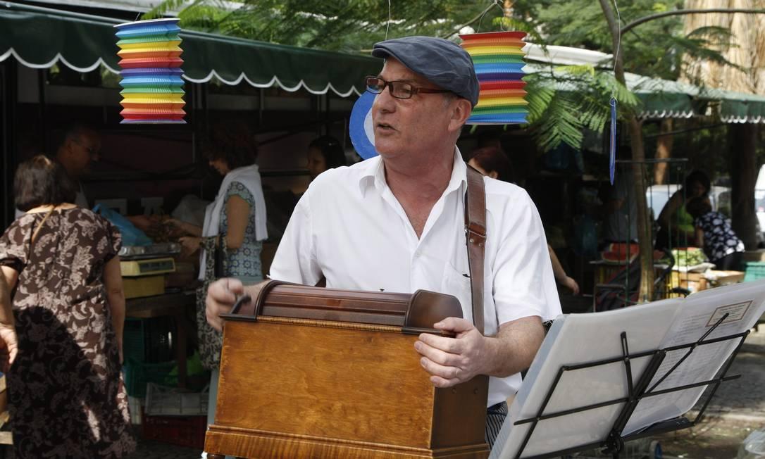 Sob os olhares de uns poucos curiosos, o francês Pascal Maurice Kahan, retira da bolsa, a engenhoca de madeira, as bobinas e as partituras com as letras das músicas que logo se espalharão pelo ar, trazendo uma antiga nostalgia Marcos Tristão / O Globo