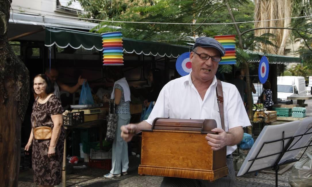 Ele é tocador de realejo, uma das profissões que marcaram os costumes do século XVIII, mas que hoje estão mais presentes na memória de antigas gerações do que nas ruas da cidade Marcos Tristão / O Globo