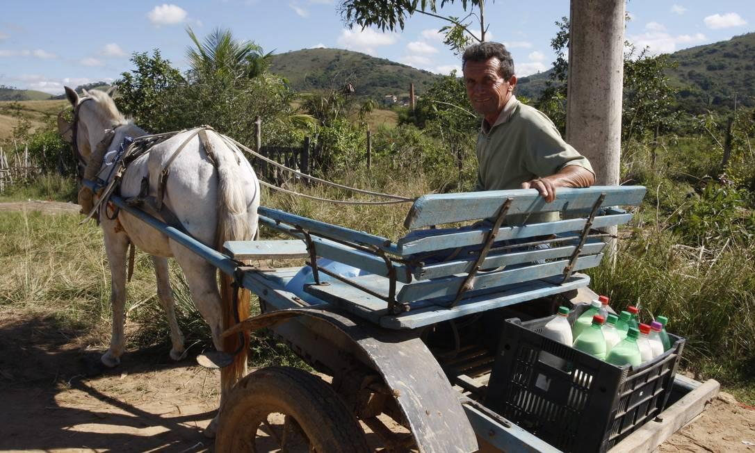 Um dos últimos representantes de sua profissão, Elias Soares de Matos diariamente entrega de porta em porta o leite que produz em seu curral, na localidade de Habitat, em Três Rios. Ele é o único _ e por isto, famoso _ entregador de leite daquela região Marcos Tristão / O Globo