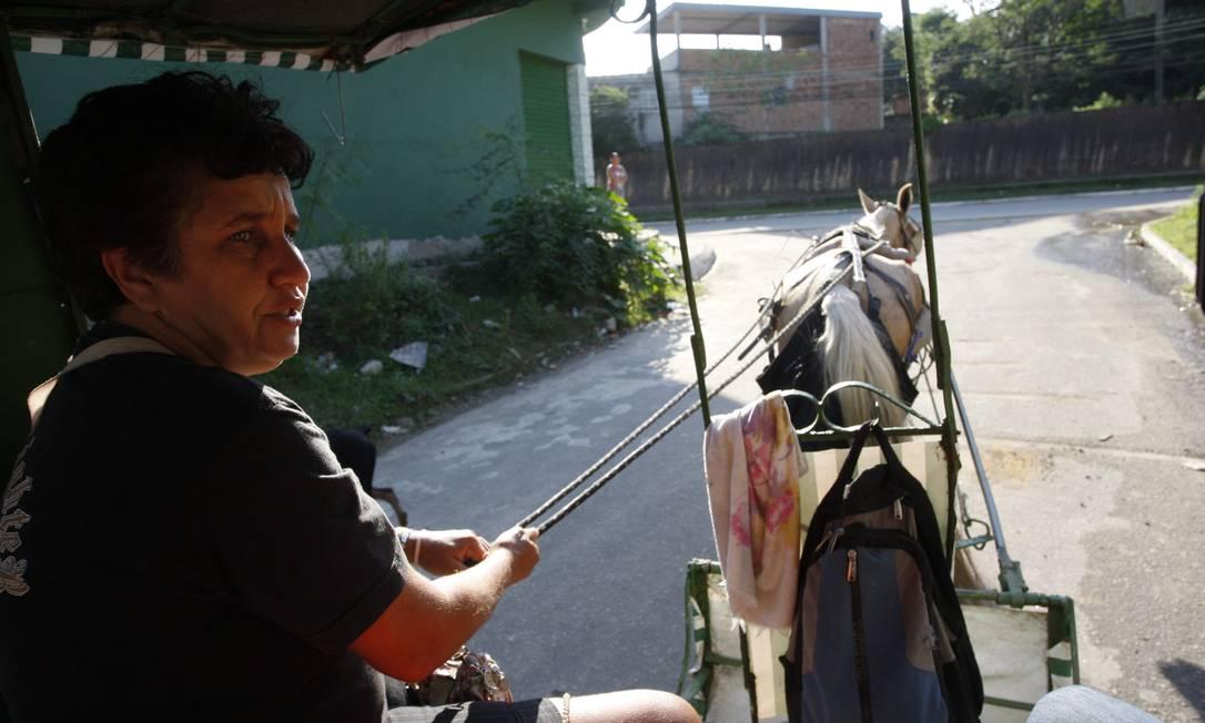 Charrete também é o meio de transporte para boa parte dos oito mil moradores do bairro Nova Cidade, em Queimados. Ali, a falta de ônibus regulares e as péssimas condições das vias do bairro, fazem da tração animal, o principal meio de transporte público dos moradores Marcos Tristão / O Globo