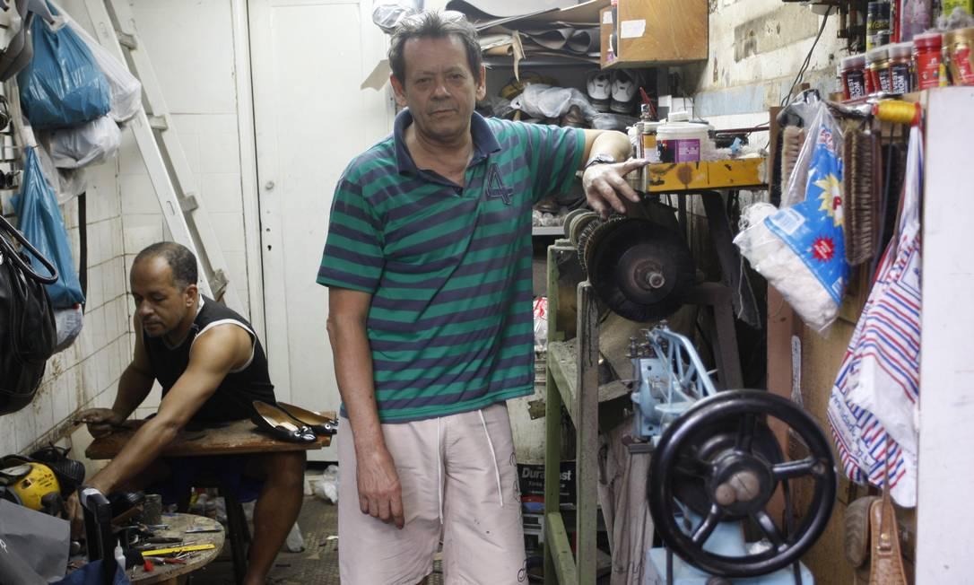 O sapateiro Roberto Alves Krazauskas mudou para o ponto do Leblon após 20 anos trabalhando em Copacabana. Antes dele, o sapateiro Viriato, como era conhecido, foi o dono da loja, onde ocupou o cargo por mais de 40 anos Marcos Tristão / O Globo