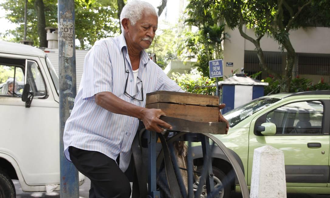 Com cartazes em bancas de jornal do bairro, o amolador de facas Antonio Barbosa Lima, chama a clientela da forma mais tradicional, com o ruído inconfundível do metal em contato com o afiador Marcos Tristão / O Globo
