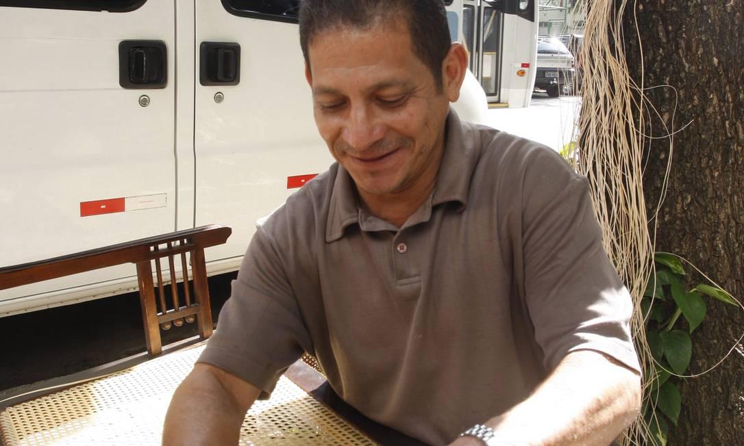 Já o empalhador Francisco da Silva é um dos raros artesãos que trabalha com palha indiana para recuperar móveis Marcos Tristão / O Globo
