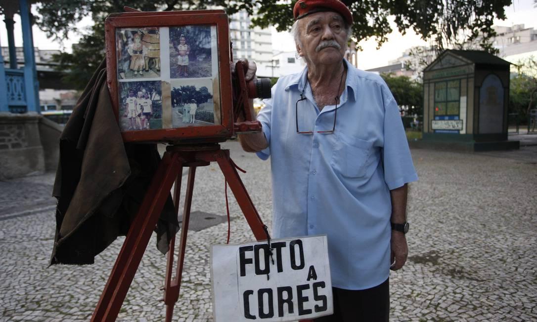 Varridos pela tecnologia digital, os fotógrafos lambe-lambe são cada vez mais raros. O último a deixar a rua foi Bernardo Soares Lobo, depois de 56 anos trabalhando na Praça Jardim do Méier Marcos Tristão / O Globo